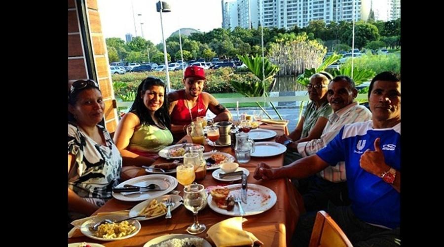 """14.jul.2013 - Naldo aproveitou o domingo para ter um almoço em família acompanhado da namorada, Ellen Cardoso, a Mulher Moranguinho. """"Minha família, minha raiz"""", escreveu ele"""