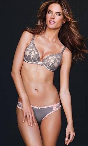 Alessandra Ambrosio em sessão de fotos para o novo catálogo da Victoria's Secret