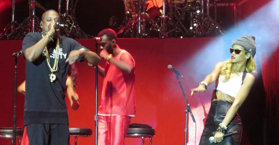 14.jul.2013 - Rihanna faz participação surpresa em show de Justin Timberlake e Jay-Z, em Londres
