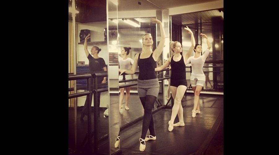 15.jul.2013 - As atrizes Fernanda Rodrigues, Vitória Frate e Fernanda Paes Leme fizeram aula de balé juntas. A imagem foi divulgada por Rodrigues por meio de sua página do Twitter