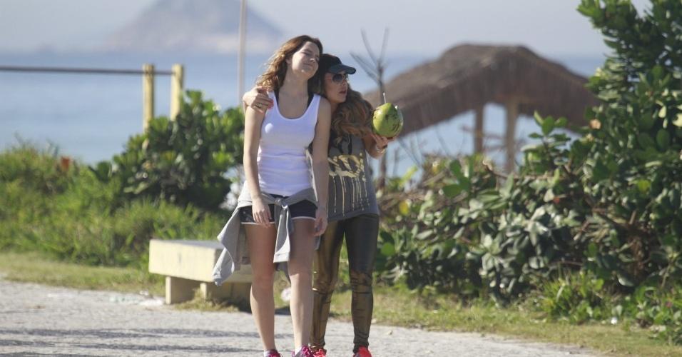 """15.jul.2013 - Com uma calça dourada, Fernanda Souza (à dir.) grava cenas de """"Malhação"""" como Bernardete no Rio de Janeiro, ao lado da atriz Bianca Salgueiro (Anita)"""