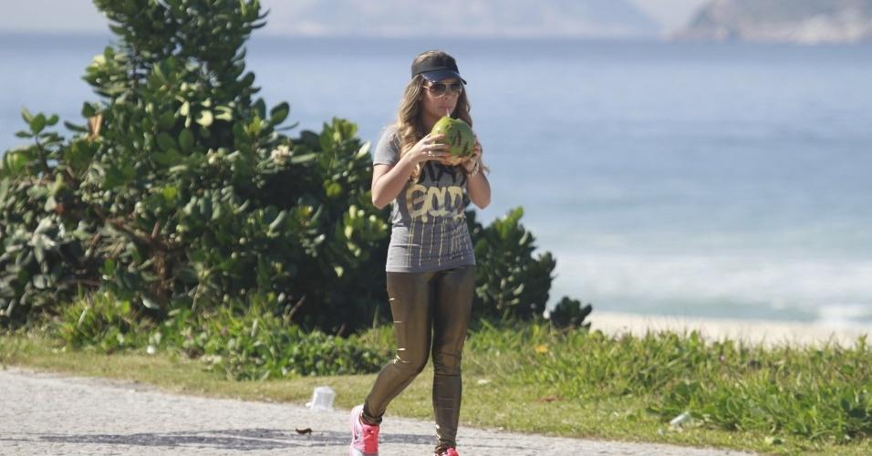 """15.jul.2013 - Com uma calça dourada, Fernanda Souza grava cenas de """"Malhação"""" como Bernardete no Rio de Janeiro"""