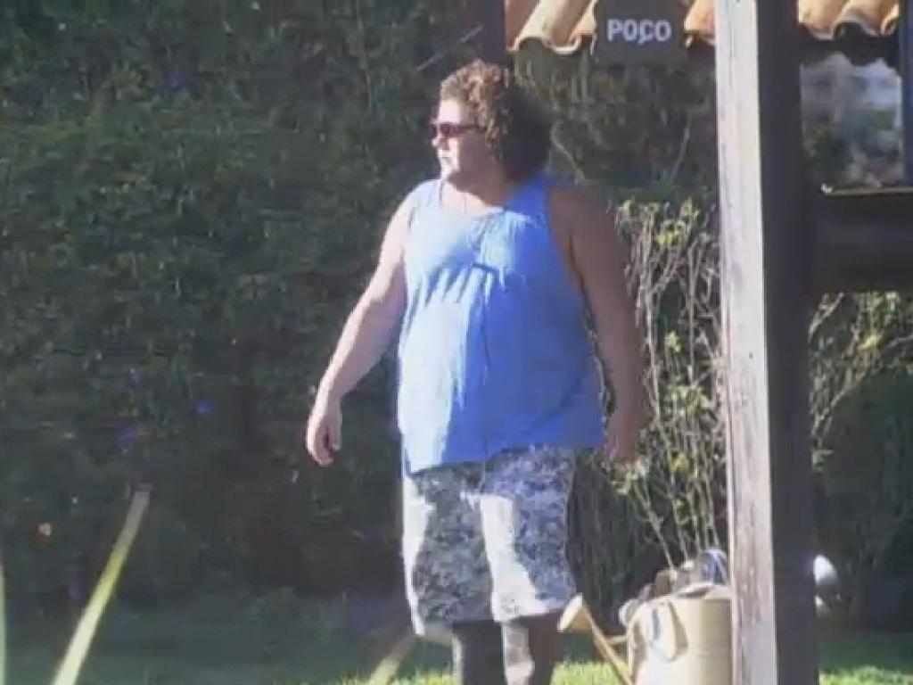 15.jul.2013 - Gominho rega a horta enquanto canta