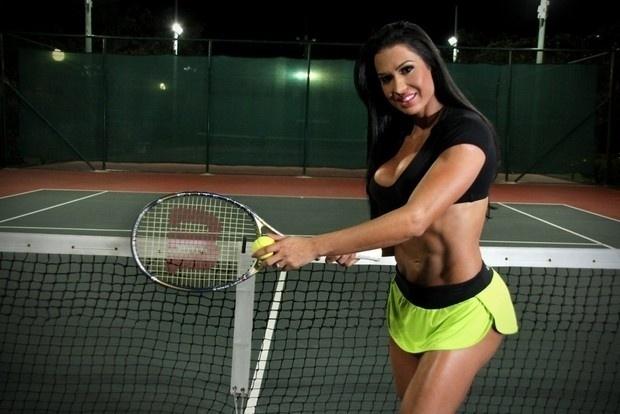 15.jul.2013 - Gracyanne Barbosa faz ensaio sensual em quadra de tênis