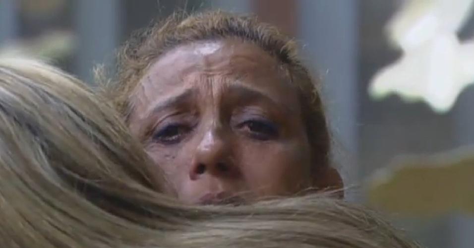 15.jul.2013 - Peões criticam almoço e Rita chora abraçada a Denise