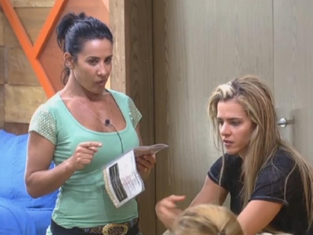 15.jul.2013 - Scheila Carvalho repassa as orientações sobre as rações com Denise Rocha