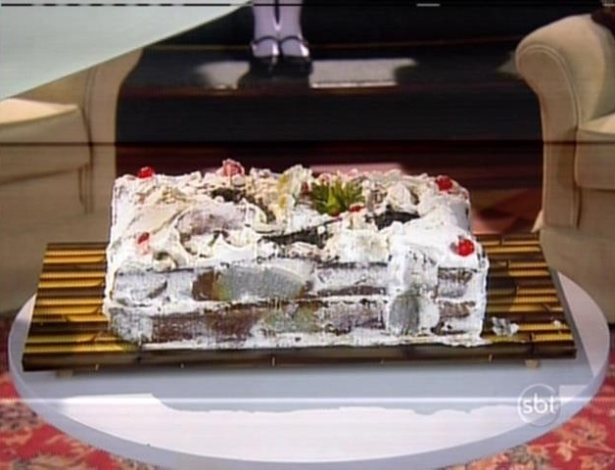Ao exibir o bolo, todos ficam surpresos e Chico fica decepcionado