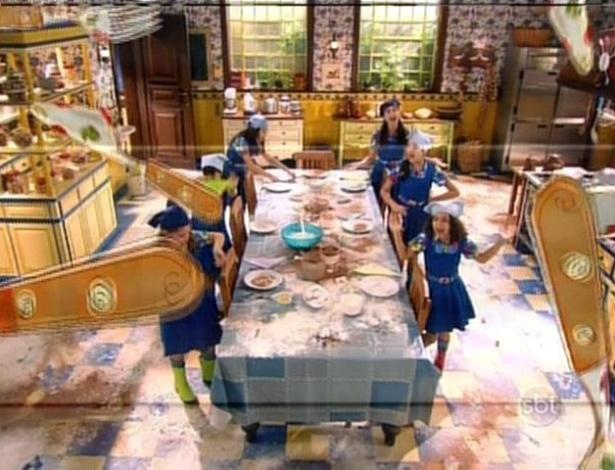 Após fazerem um novo bolo, um clipe musical foi exibido enquanto as meninas limpavam toda a cozinha