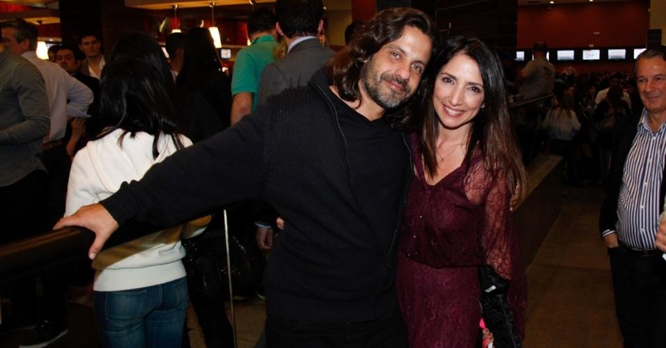 Elenco e famosos comparecem à pré-estreia da comédia