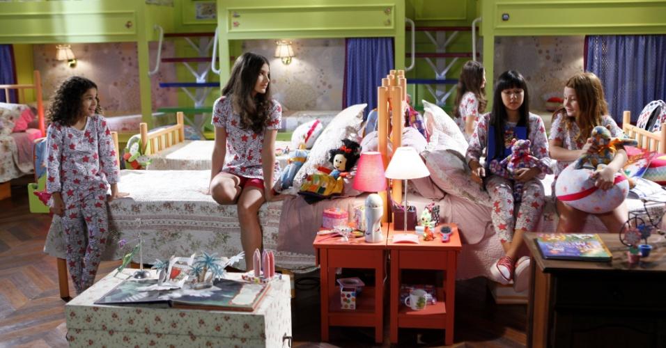 """Em """"Chiquititas"""", Mili conta uma história para as amigas do orfanato"""