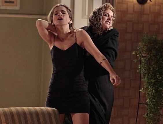 """Em """"Sangue Bom"""", Bárbara Ellen arrasta Tina pelos cabelos"""