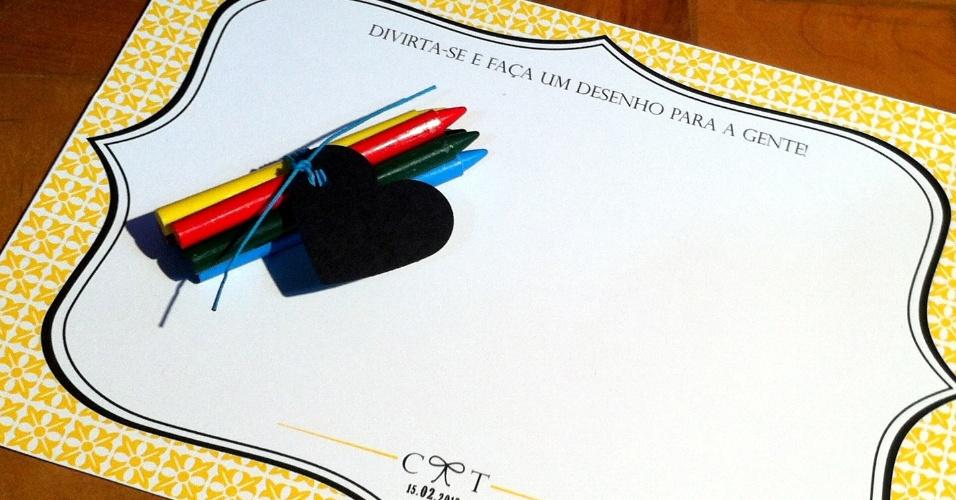 Kit com giz de cera e folhas personalizadas para desenhar