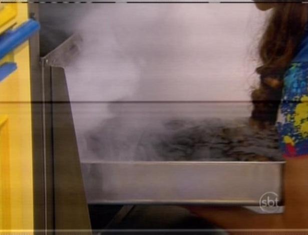 Mili esquece o bolo no forno e ele queima