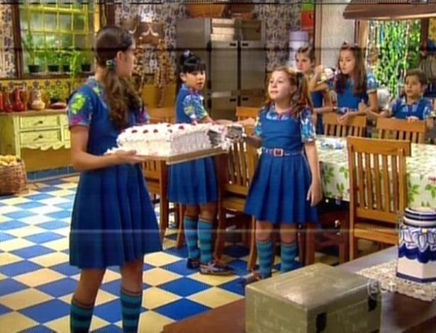 Mili impede as outras meninas de comerem o bolo