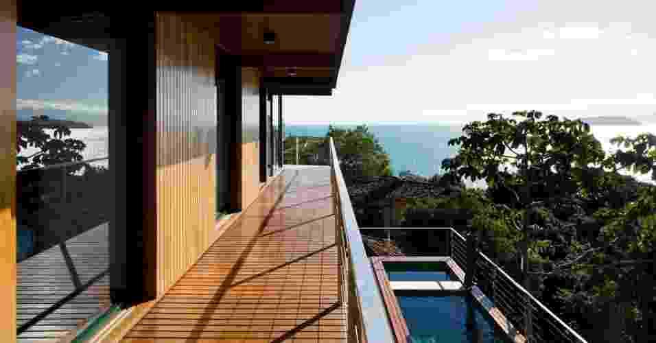 O espetáculo do encontro do céu com o mar pode ser admirado da varanda do piso superior que circunda as suítes e o ateliê da Casa Embaúba, projetada pela arquiteta Flavia Cancian. Dali também é possível visualizar a piscina, no térreo - Nelson Kon/ UOL
