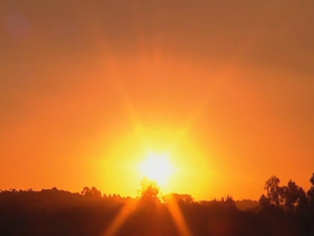 16.jul.2013 - Denise Rocha, Rita Cadillac e Scheila Carvalho curtem pôr do sol na casa da árvore