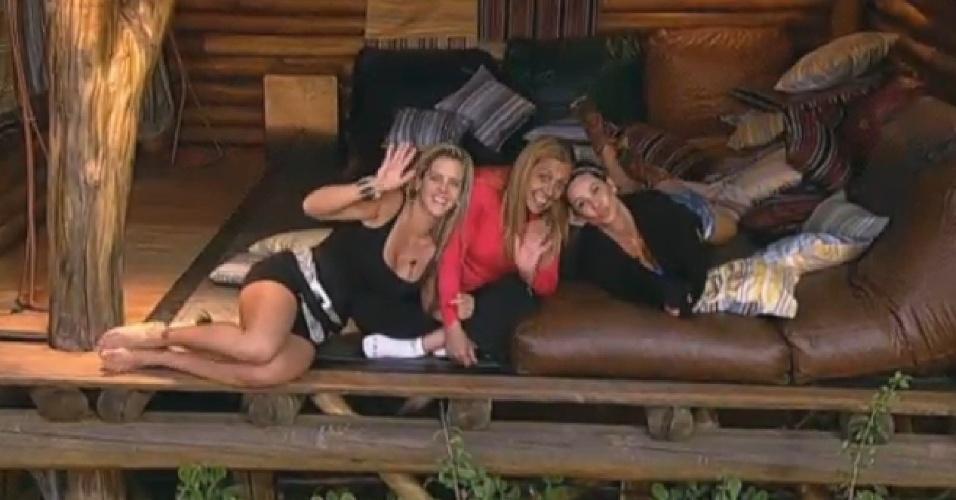 16.jul.2013 - Denise Rocha, Rita Cadillac e Scheila Carvalho posam para foto imaginária na casa da árvore