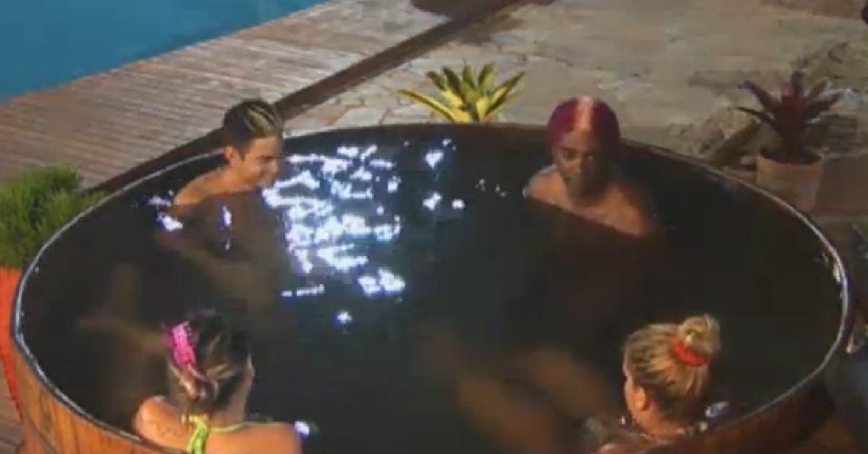 16.jul.2013 - Peões começam a conversar sobre a próxima roça antes mesmo do resultado da atual
