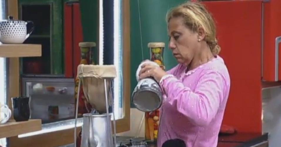 16.jul.2013 - Rita Cadillac prepara o café para os peões na manhã desta terça-feira