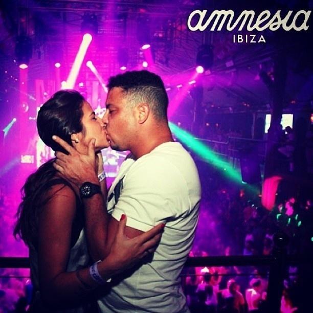 16.jul.2013 - Ronaldo e Paula Morais trocam beijos em Ibiza