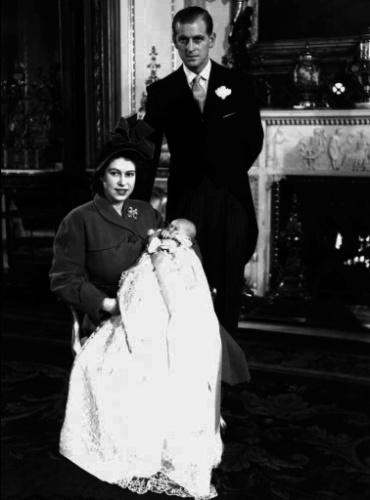 A Rainha Elizabeth II e o Príncipe Philip posam para foto após o nascimento do primeiro filho do casal, o Príncipe Charles, em 1948