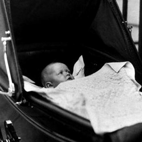 Princesa Alexandra de Kent, neta do Rei Jorge V e filha de Jorge, o Duque de Kent, em carrinho de bebê em foto de 1937