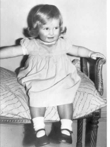 Princesa Diana aos 2 anos de idade na casa de sua família em Sandringham, no Reino Unido