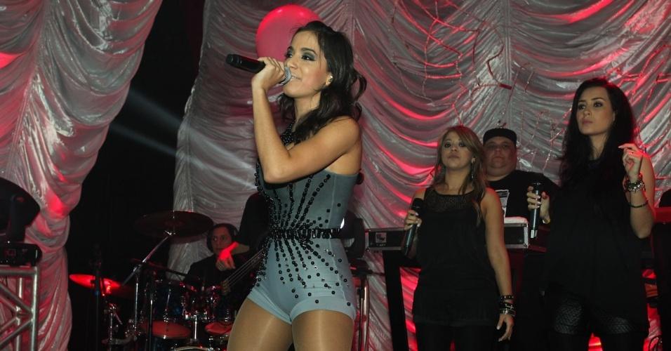 """16.jul.2013 - A cantora Anitta faz show em casa noturna no bairro da Vila Olímpia, em São Paulo. A apresentação faz parte do novo projeto da funkeira carioca, """"O Clube da Anitta"""""""