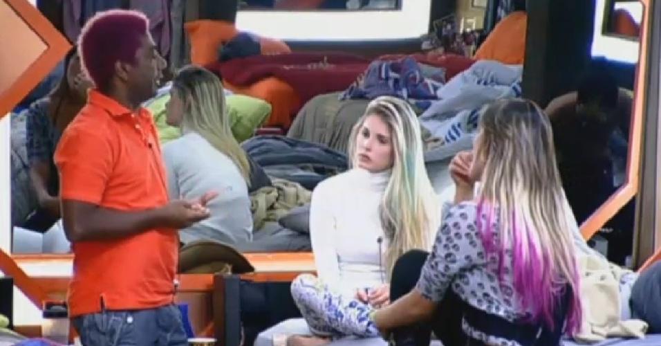 16.jul.2013 - Bárbara pede para Ivo ouvir o grupo antes de tomar decisões