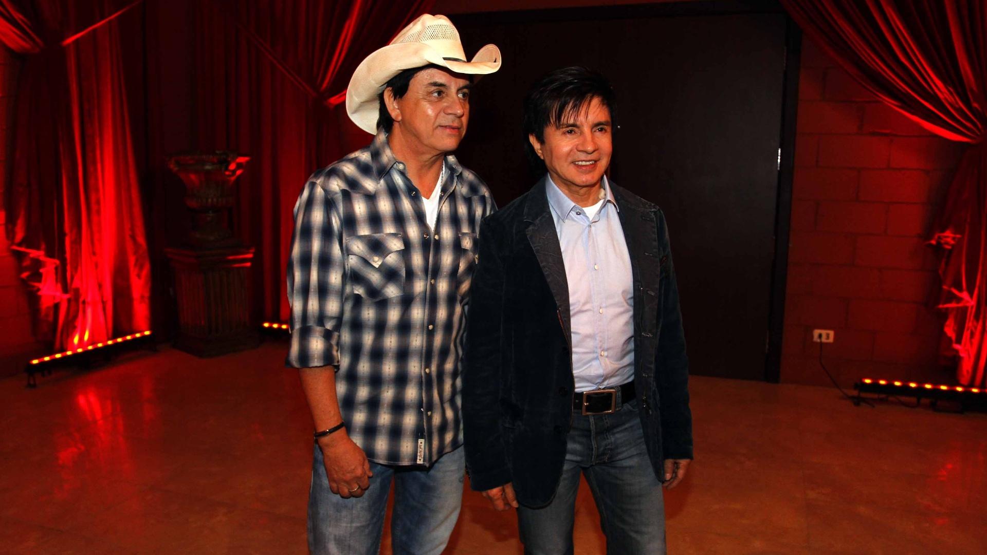16.jul.2013 - Chitãozinho e Xororó durante evento de lançamento da 58ª Festa do Peão de Barretos no Villa Country, em São Paulo