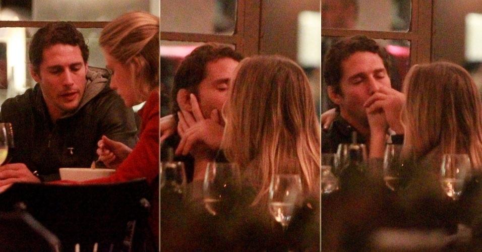 16.jul.2013 - Fiorella Mattheis e Flávio Canto jantam e namoram em restaurante em São Conrado, Rio de Janeiro
