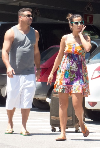 16.jul.2013 - Ronaldo buscou a família no aeroporto de Ibiza, Espanha. Acompanhado da namorada, a DJ Paula Morais, o ex-jogador recebeu os filhos Ronald, Maria Alice e Maria Sophia, além de amigos