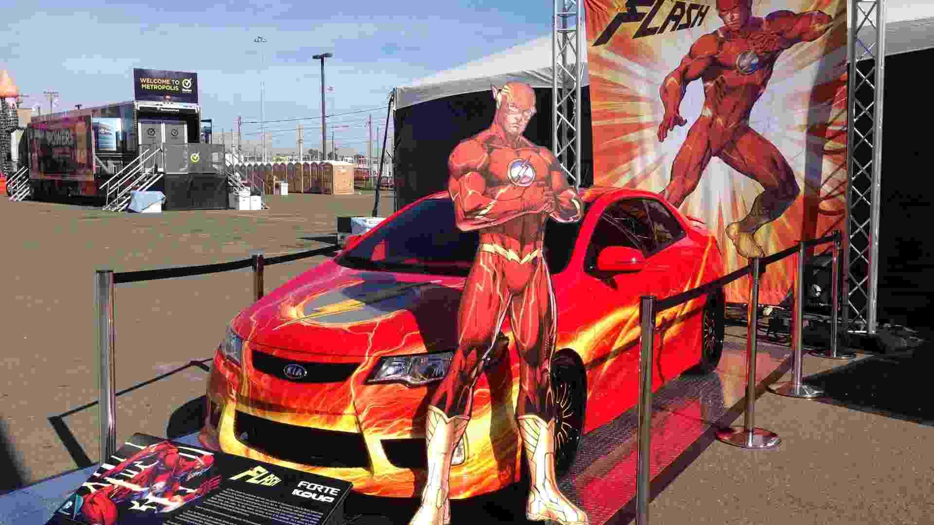 17.jul.2013 - Carro inspirado em Flash, super-herói da Liga da Justiça, é exposto nos arredores do Centro de Convenções de San Diego, onde acontece a Comic-Con 2013 - Natalia Engler/UOL