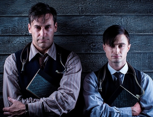 "17.jul.2013 - Daniel Radcliffe e Jon Hamm interpretam o doutor Vladimir Bomgard na série ""A Young Doctor's Notebook"""
