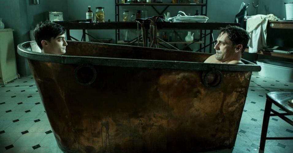 17.jul.2013 - Daniel Radcliffe e Jon Hamm interpretam o doutor Vladimir Bomgard na série