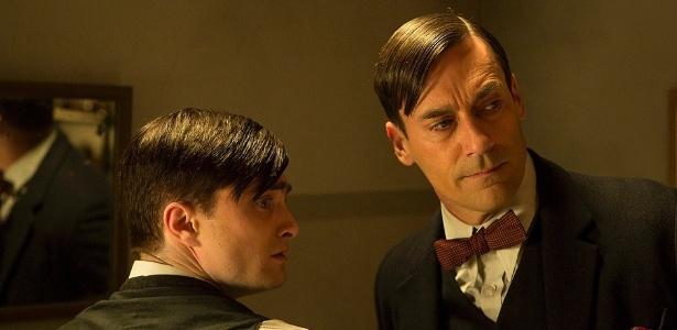 17.jul.2013 - O doutor Vladimir Bomgard (Daniel Radcliffe e Jon Hamm) discutem detalhes de uma cirurgia em cena da série