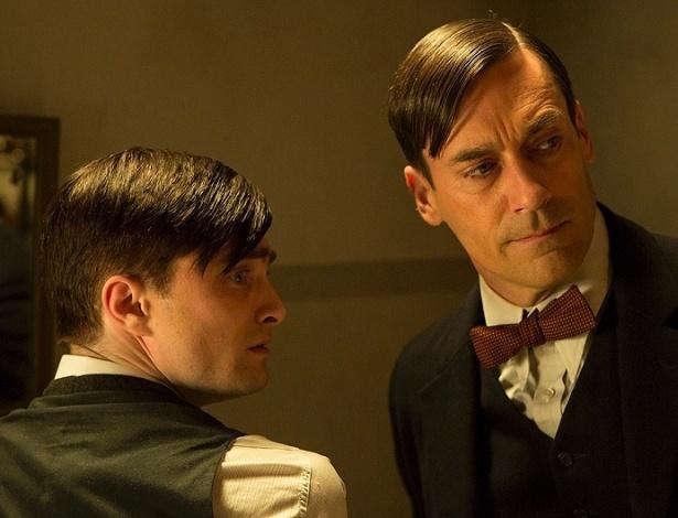 """17.jul.2013 - O doutor Vladimir Bomgard (Daniel Radcliffe e Jon Hamm) discutem detalhes de uma cirurgia em cena da série """"A Young Doctor's Notebook"""""""