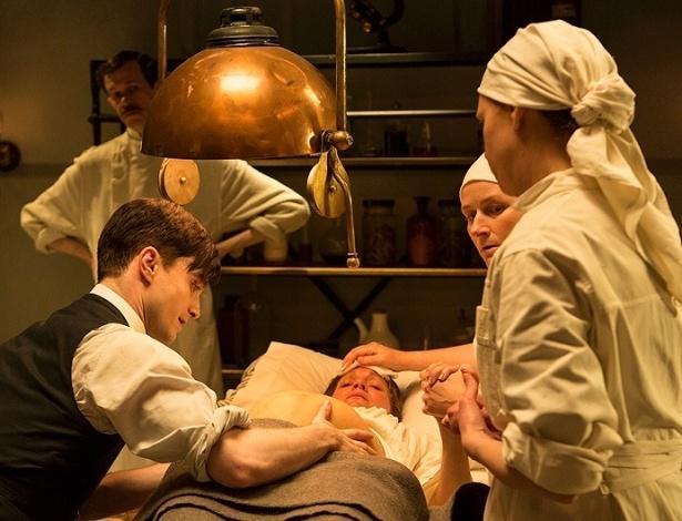 """17.jul.2013 - O doutor Vladimir Bomgard (Daniel Radcliffe e Jon Hamm) realiza um parto em cena da série """"A Young Doctor's Notebook"""""""