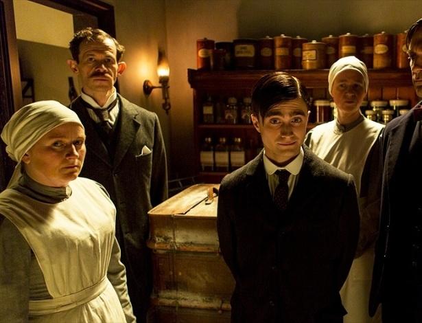 """17.jul.2013 - O doutor Vladimir Bomgard (Daniel Radcliffe e Jon Hamm) se prepara para uma cirurgia em cena da série """"A Young Doctor's Notebook"""""""