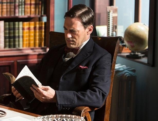 """17.jul.2013 - O doutor Vladimir Bomgard (Jon Hamm) lê seu livro de anotações em cena da série """"A Young Doctor's Notebook"""""""