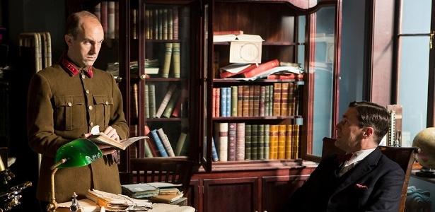 17.jul.2013 - O doutor Vladimir Bomgard (Jon Hamm) presta depoimento em cena da série