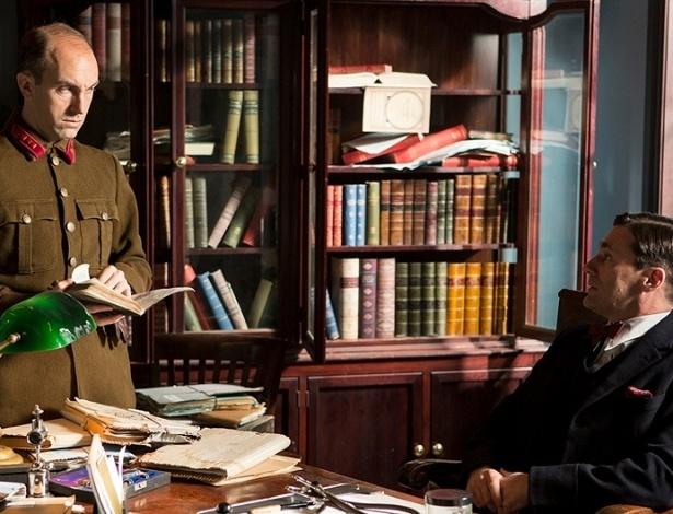 """17.jul.2013 - O doutor Vladimir Bomgard (Jon Hamm) presta depoimento em cena da série """"A Young Doctor's Notebook"""""""