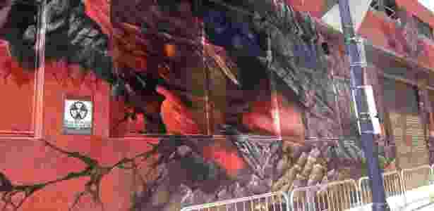 """17.jul.2013 - Prédio """"danificado"""" pelo monstro japonês Godzila, parte do Godzilla Experience, montado pelo estúdio Legendary para promover o novo filme  - Natalia Engler/UOL"""