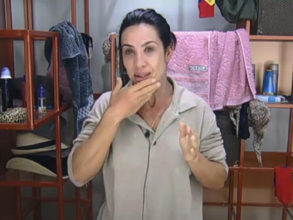 17.jul.2013 - Scheila Carvalho se prepara para começar o dia em