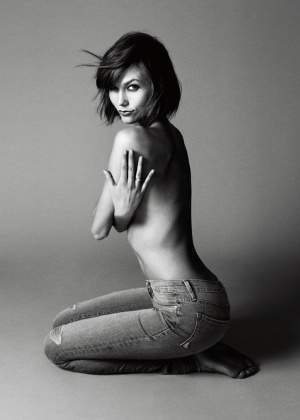 A top norte-americana Karlie Kloss em pose sensual para divulgar sua linha de jeans em parceria com a marca Frame Denim - Divulgação