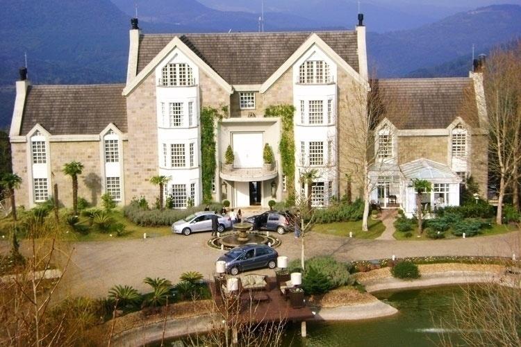 As 11 suítes do Hotel Saint Andrews ficam num castelo com vista para o Vale do Quilombo, em Gramado