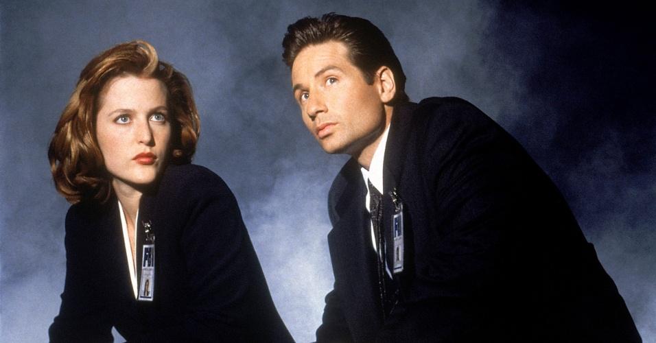 """Dana Scully (Gillian Anderson) e Fox Mulder (David Duchovny) em cena de """"Arquivo X"""""""