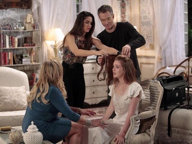 """Em """"Amor à Vida"""", cabeleireiro testa colocar apliques no cabelo de Nicole para esconder falhas"""