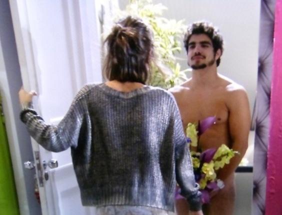 """Em """"Amor à Vida"""",  Michel aparece nu na porta de Patrícia"""