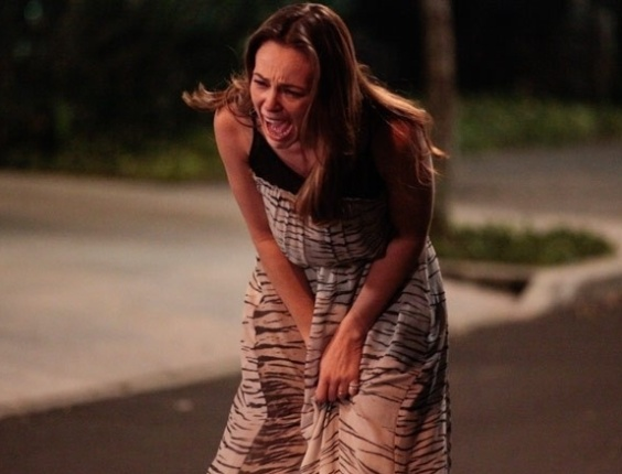 """Em """"Amor à Vida"""", Paloma se desespera ao entregar Paulinha para Bruno"""